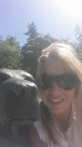 Selfie with bronze dog statue